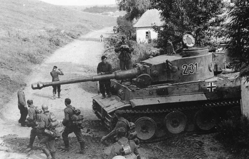 Немецкие танки в пригороде. 1-3 августа 1943 г.