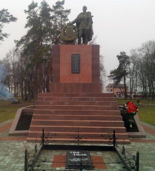 с. Лебяжье Курского р-на. Памятник, установленный на братской могиле, в которой похоронено 29 советских воинов 121 стрелковой дивизии, в т.ч. 17 неизвестных.