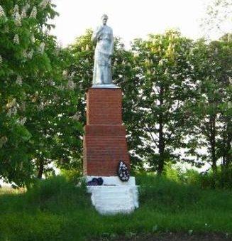 с. Верхнесмородино Поныровского р-на. Памятник, установленный на братской могиле, в которой захоронено 229 советских воинов.
