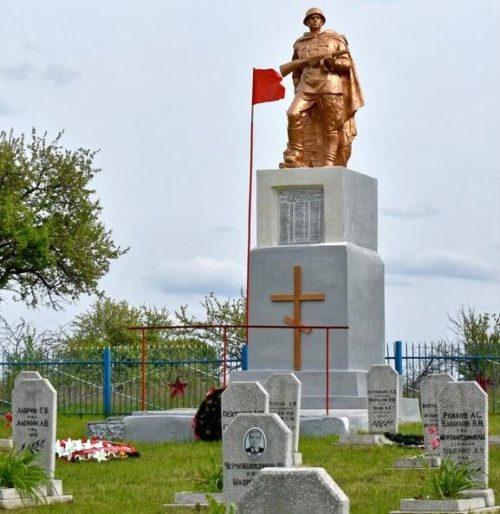п. Малиновый Курского р-на. Памятник, установленный в 1952 году у 67 могил советских воинов.