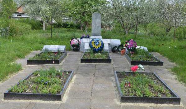 д. Гнилое Поныровского р-на. Памятник, установленный на братской могиле, в которой захоронено 82 советских воина.