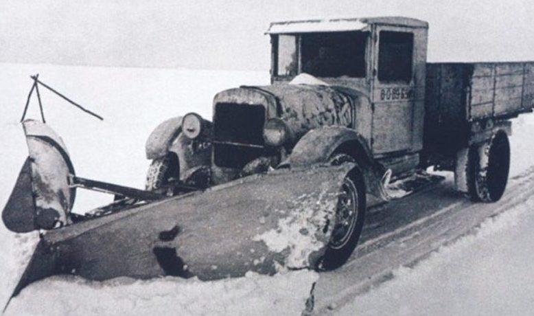Снегоуборочная машина на Дороге жизни.