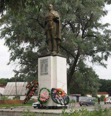 д. 1-я Моква Курского р-на. Памятник по улице Санаторной, установленный в 1969 году на братской могиле, в которой похоронено 36 советских воинов.