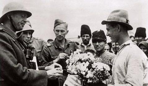 Бессарабцы встречают румын. Июль 1941 г.