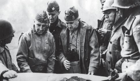 Бразильские и американские офицеры у карты. Италия, 1944 г.