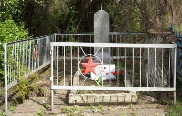 с. Игишево Поныровского р-на. Памятник, установленный на братской могиле, в которой захоронено 25 советских воинов.