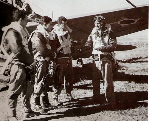Бразильские летчики-истребители перед вылетом. 1944 г.