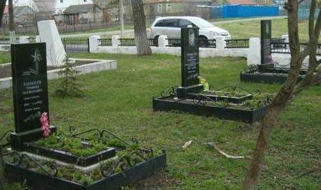 Индивидуальные могилы на мемориале.