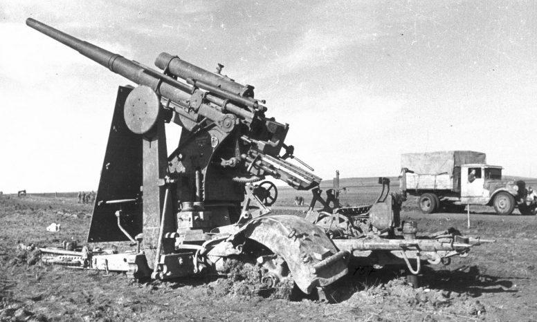 Немецкое 88-мм зенитное орудие, разбитое под Новороссийском. 1943 г.