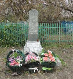 с. Нижнее Смородино Поныровского р-на. Памятник, установленный на братской могиле, в которой захоронен 31 советский воин.