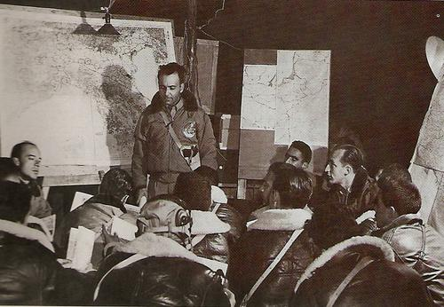 Подполковник Неро Мора, командир 1-й бразильской эскадрильи истребителей, инструктирует своих пилотов перед полетом. 1944 г.