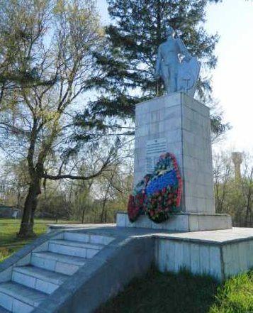 с. Селиховы Дворы Курского р-на. Памятник, установленный на братской могиле, в которой похоронено 30 советских воинов, в т.ч. 21 неизвестный, погибших в феврале 1943 года.