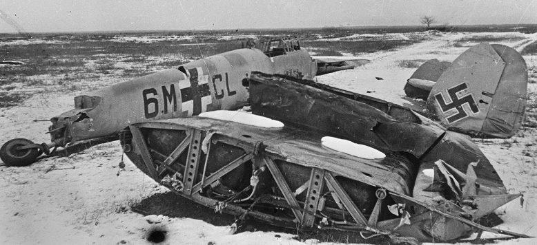 Обломки немецкого истребителя Bf.110 под Новороссийском. 1943 г.
