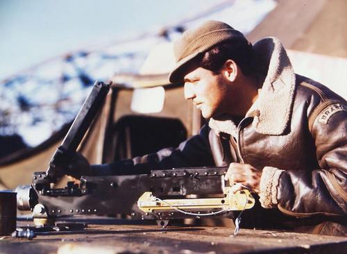 Проверка пулемета перед вылетом. 1944 г.