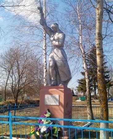 с. Троица Курского р-на. Памятник, установленный в 1950 году на братской могиле, в которой похоронено 28 советских воинов, в т.ч. 11 неизвестных, погибших в феврале 1943 года.