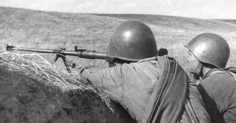 Советские бронебойщики на позиции под Новороссийском. 1943 г.
