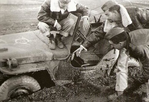 Пилоты у аэродрома. 1944 г.