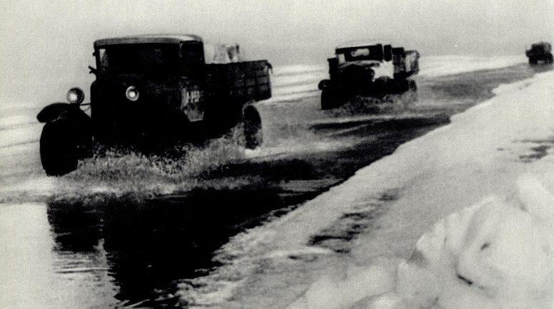 Движение по дороге в преддверии весны. Большинство водителей открывали двери кабины, чтобы успеть выскочить в случае проваливания льда.