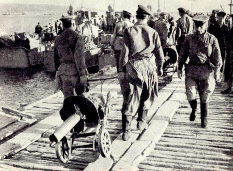 Погрузка на катера отряда Цезаря Куникова. 1943 г.