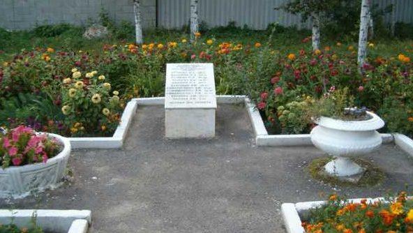 г. Курск. Памятник жертвам авиационной бомбардировки, установленный в 1995 году у входа в школу №16.
