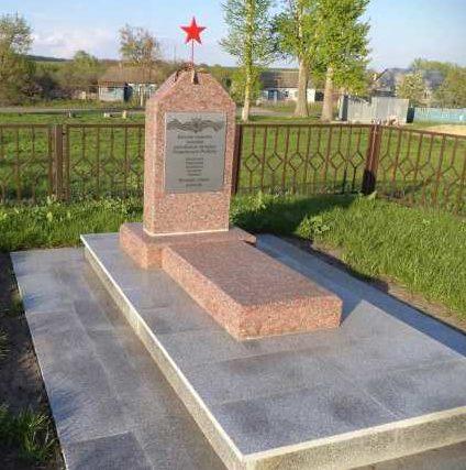 с. Ольховатка Поныровского р-на. Памятник, установленный на братской могиле, в которой захоронено 5 советских воинов.