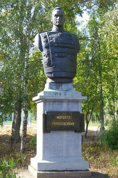 г. Курск. Бюст Маршалу Рокоссовскому, установленный в 2000 году у центрального входа в здание школы №8. был установлен бюст К.К. Рокоссовского. Скульптур - В.М. Клыков.