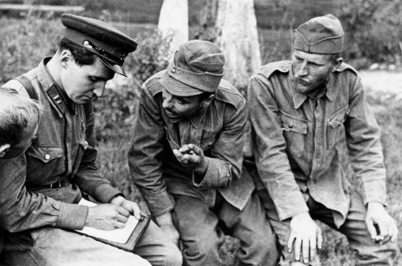 Корреспондент газеты «Красная звезда» Константин Симонов беседует с румынскими военнопленными под Одессой. Август 1941 г.