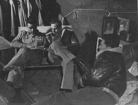 Бразильские пилоты на отдыхе. 1944 г.