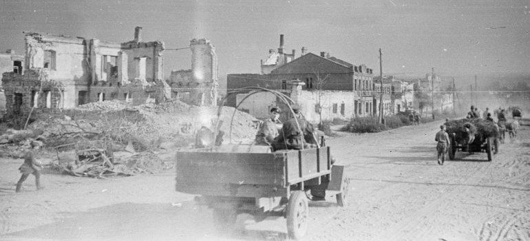 Красная Армия входит в город. 6 августа 1943 г.