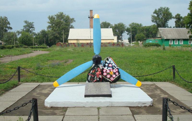 п. Халино Курского р-на. Памятный знак лётчикам разведчикам 98-го авиаполка.