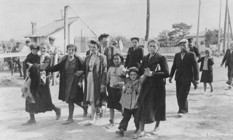 Евреев ведут на сборный пункт Кишинева. Август 1941 г.