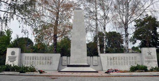с. Ольховатка Поныровского р-на. Монумент 6-ой гвардейской стрелковой дивизии был установлен в августе 1988 года на территории бывшей больницы.