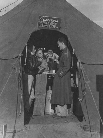 Палатки пилотов на аэродроме. Италия, 1944 г.