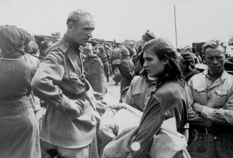 Возвратившиеся фронтовики на Бобруйском вокзале. Июнь 1945 г.