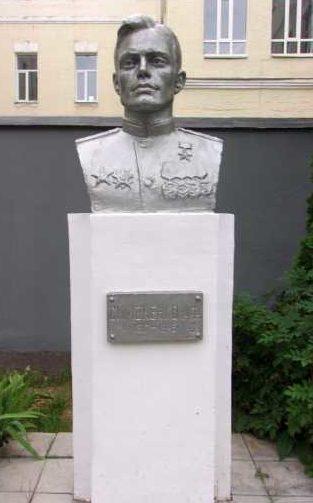 г. Курск. Бюст Героя Советского Союза А.Ф. Симоненко, установленный в 1985 году на территории художественно-графического факультета Курского государственного университета.