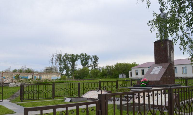 с. Ольховатка Поныровского р-на. Памятник, установленный на братской могиле, в которой захоронены советские воины.