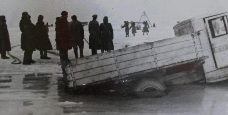 Провалившиеся машины на Дороге жизни.