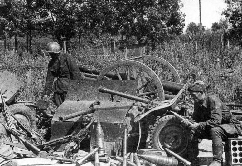 Советские солдаты осматривают трофеи румынской армии, захваченные под Одессой. Сентябрь 1941 г.