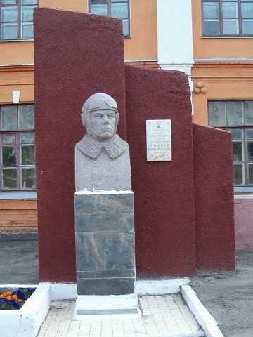 г. Курск. Бюст Герою Советского Союза В.М. Бочарову, установленный в 1987 году в сквере возле школы №34.