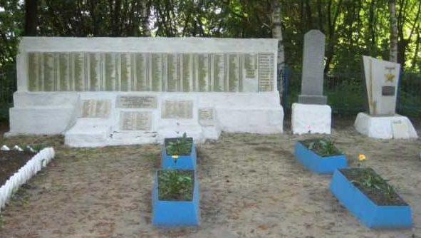 с. Первомайское Поныровского р-на. Памятник у школы №8, установленный на братской могиле, в которой захоронено 496 советских воинов.