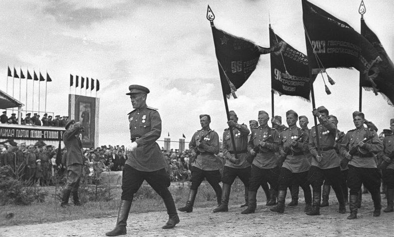 Знаменосцы с полковыми знаменами 96-й Иловайской гвардейской стрелковой дивизии на параде в Бобруйске. Август 1945 г.