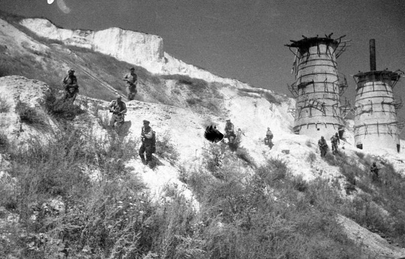 Советские бойцы «зачищают» город. 6 августа 1943 г.