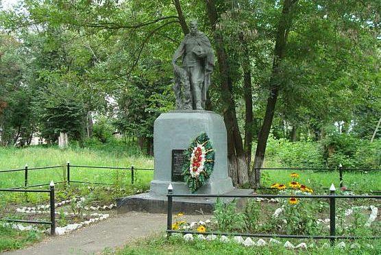 с. Щетинка Курского р-на. Памятник, установленный в 1952 году на братской могиле, в которой похоронено 3 советских воина.