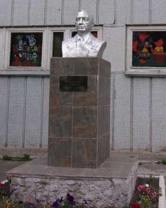г. Курск. Бюст дважды Героя Советского Союза А.И. Родимцева, установленный перед входом школы №53.