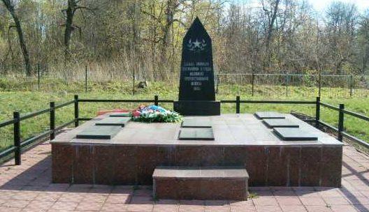 д. Щетинка Курского р-на. Памятник, установленный в 1951 году на братской могиле, в которой похоронено 268 советских воинов, погибших в феврале 1943 года.