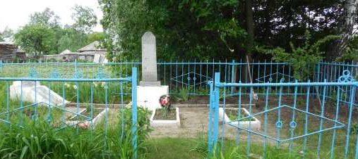с. Первые Поныри Поныровского р-на. Памятник у школы, установленный в 1956 году на братской могиле, в которой захоронено 76 советских воинов, в т.ч. 29 неизвестных.
