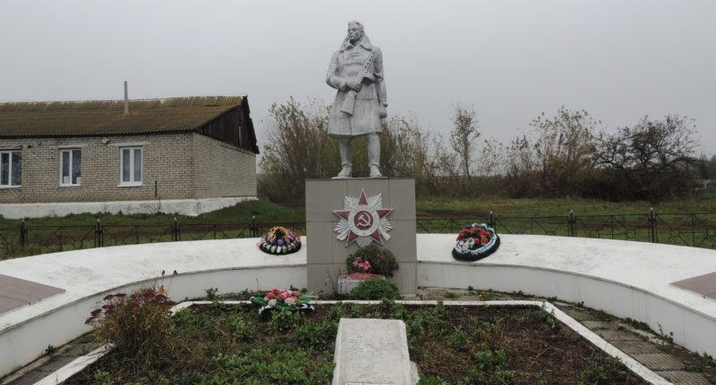 с. Дроняево Курчатовского р-на. Памятник, установленный в 1968 году на братской могиле, в которой похоронено 10 советских воинов.