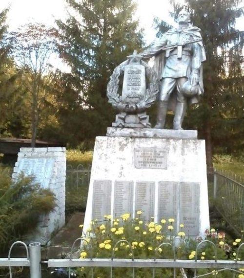 с. Первые Поныри Поныровского р-на. Памятник, установленный на братской могиле, в которой захоронено 192 советских воина.
