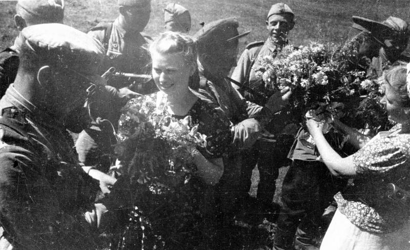 Горожане встречают Красную Армию. 6 августа 1943 г.