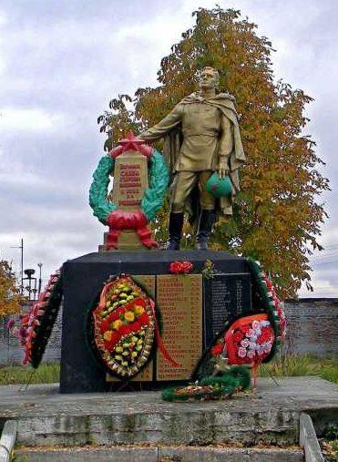 с. Иванино Курчатовского р-на. Памятник в саду средней школы, установленный в 1954 году на братской могиле, в которой похоронен 41 советский воин.